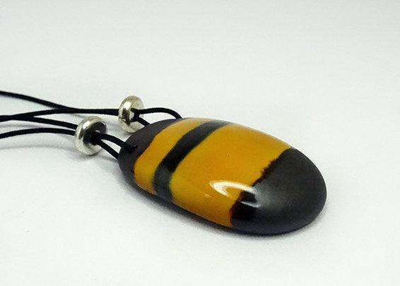 pendentif ovale rayé style guêpe ou abeille bijou en céramique pour femme