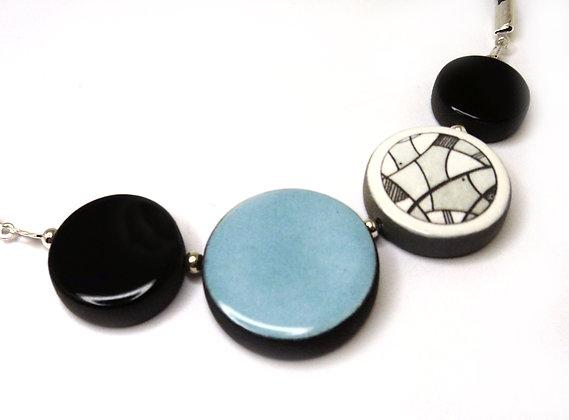 collier bleu ciel rond et dessins noir et blanc bijou ceramique