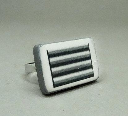 bague graphique rectangle rayures noir et blanc en céramique