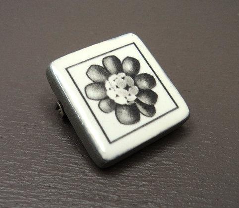 broche pins carré avec motif fleur noir et blanc sur céramique