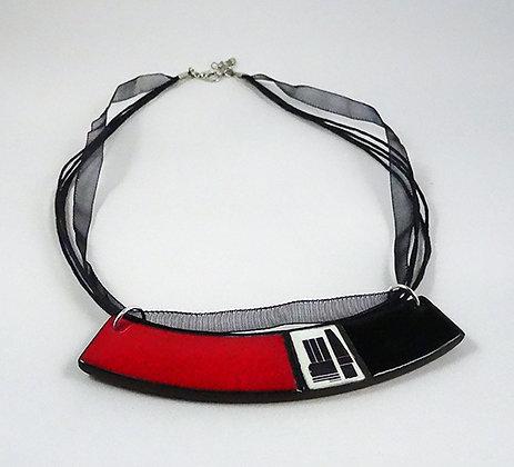 collier graphique chic rouge noir motifs abstraits forme plastron