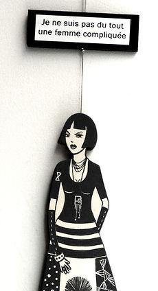 sculpture encéramique en forme de femme, grande robe graphique noir et blanc, textes bulles BD