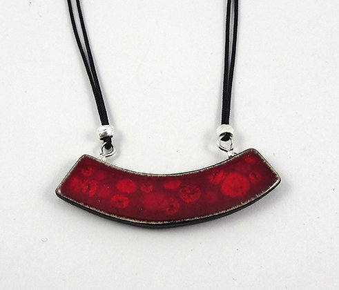 petit collier pendentif plastron courbe rouge pois rouge en céramique