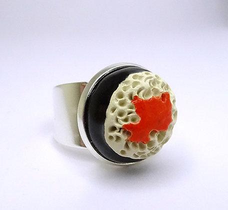 petite bague ronde effet corail en céramique émaillée reliefs coquillage