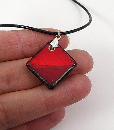 petit pendentif rouge vif losange collier pour femme cadeau ideal