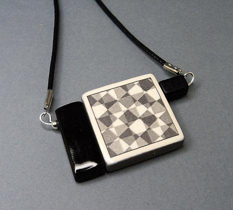 collier pendentif carré noir et blanc dessin carreaux en céramique de créateur