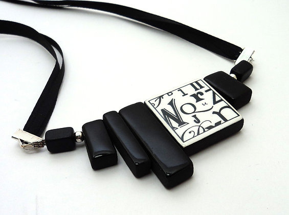 collier chic carré rectangle noir et blanc avec motif lettres typo