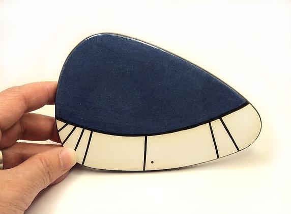 petit sous-plat bleu marine avec traits noirs en céramique