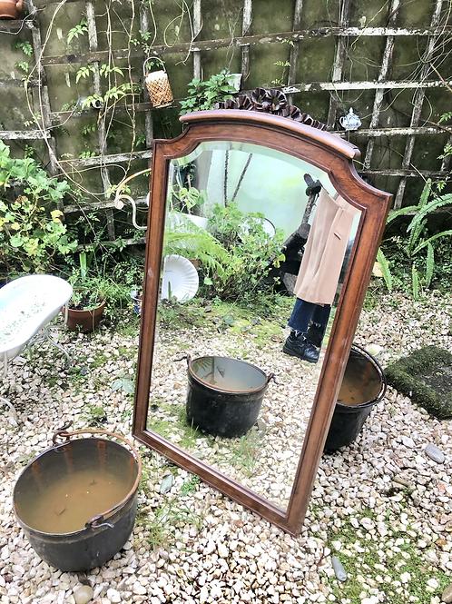 Marco de madera con espejo biselado .