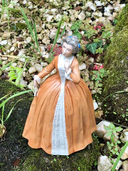 Figura dama de porcelana J.G., decorada a mano .