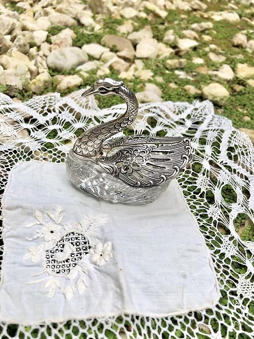 Salero con forma de cisne en Cristal y alpaca .