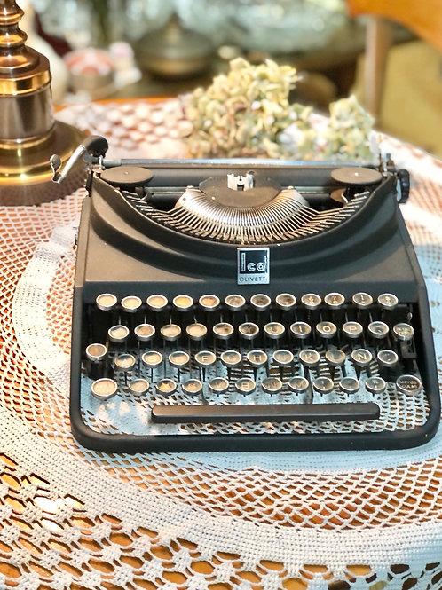 Máquina de escribir Olivetti, modelo ICO.