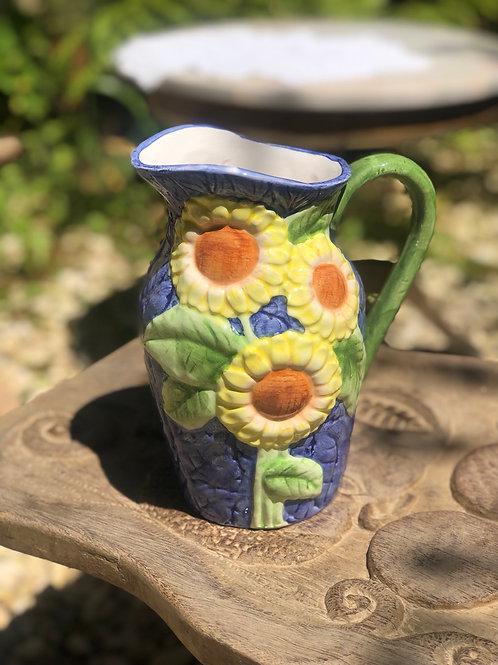 Jarra de cerámica con girasoles.