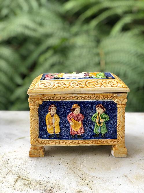 Antigua caja de cerámica Puentecesures