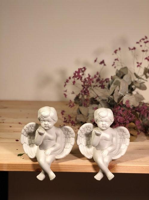 Pareja de ángeles de porcelana blanca.