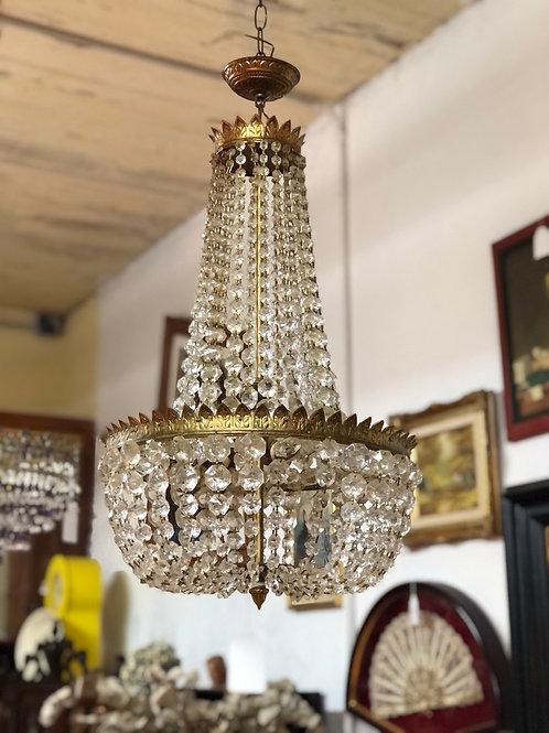 Lámpara de bronce con cristales.