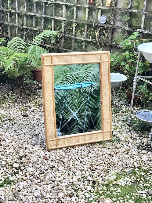 Espejo de bambú y ratán.