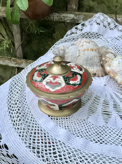 Bombonera de bronce decorada