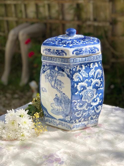 Tibor grande de porcelana con dibujos orientales .