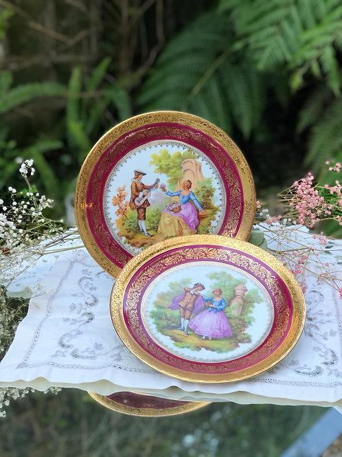 Pareja de platos de Limoges con motivos románticos .