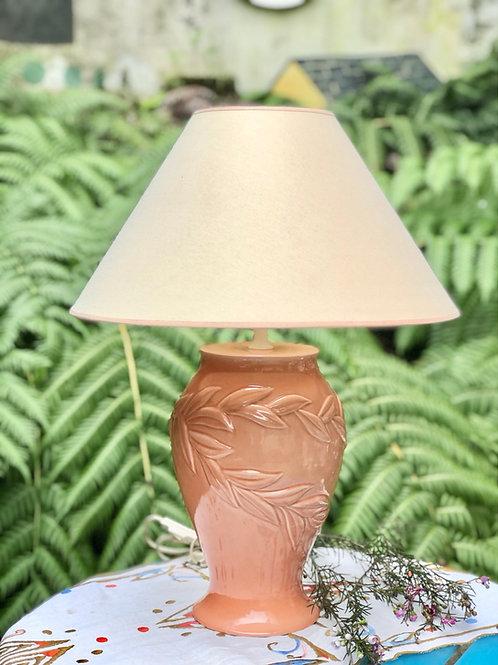 Lámpara de sobremesa con pié de cerámica .