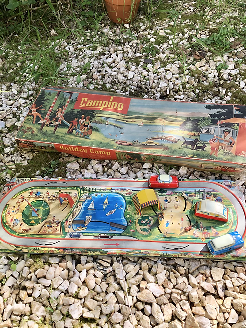 Antiguo juego de hojalata Holiday Camp
