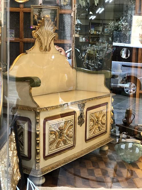 Banco con arcón de madera policromada.