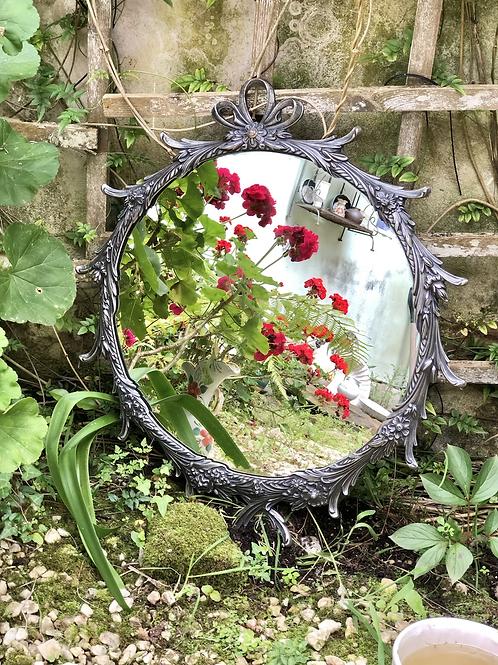 Espejo de bronce acabado plata.