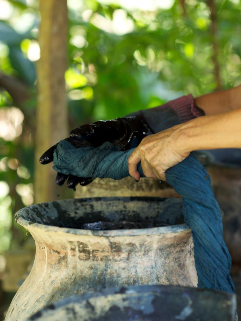 Dyeing the yarns in indigo