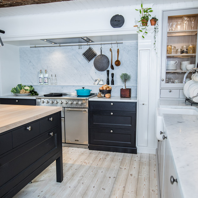 Platsbyggt kök i helmassiv ek