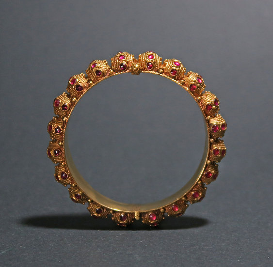 Early 20th century south Indian 22K gold bangle with inset spinels