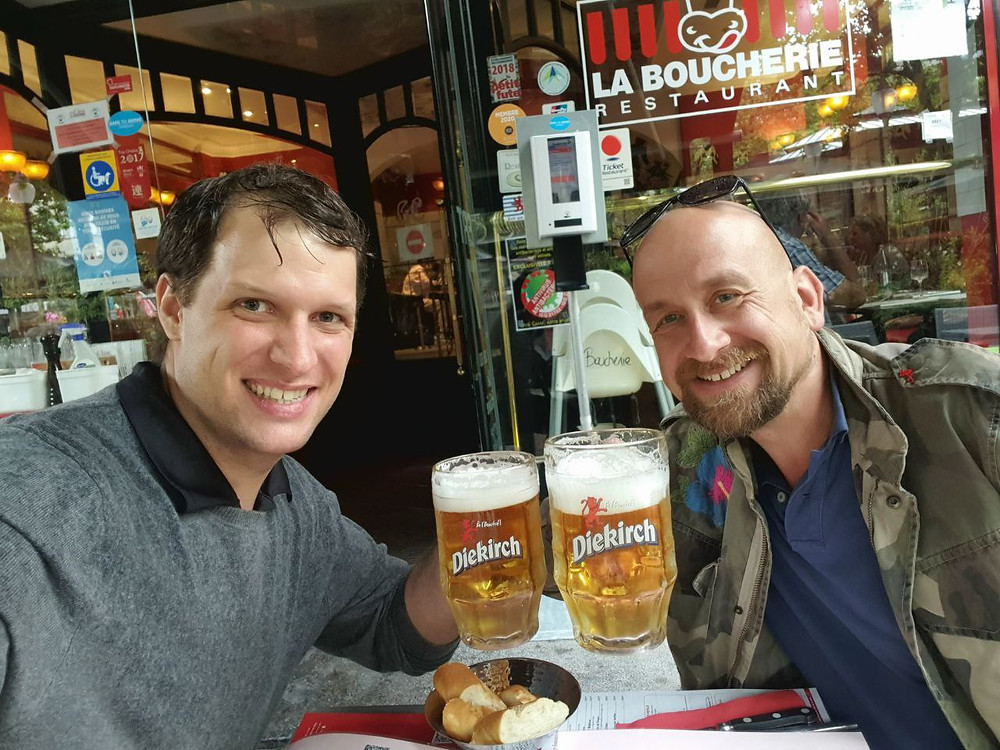 Carlos Entrena (CEO, left) and Sebastian Ströhl (CCO, right) having some beer and eating together.