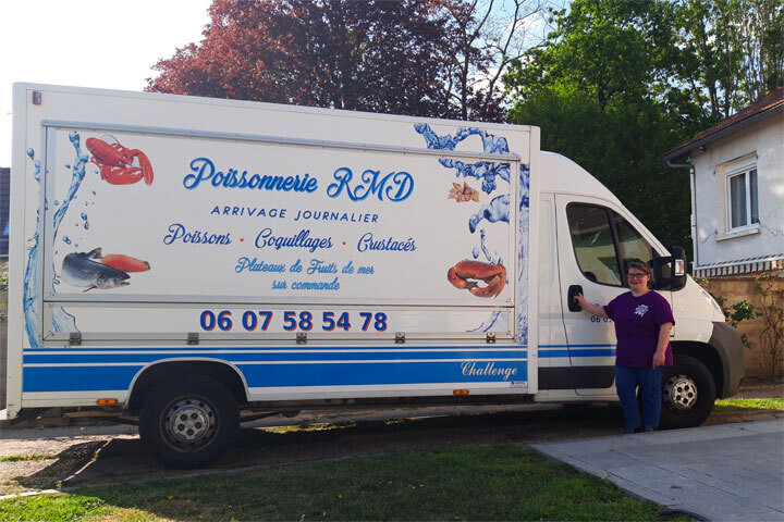 Rosa Da Cruz, poissonnière ambulante à Paris, devant son camion-poissonnerie