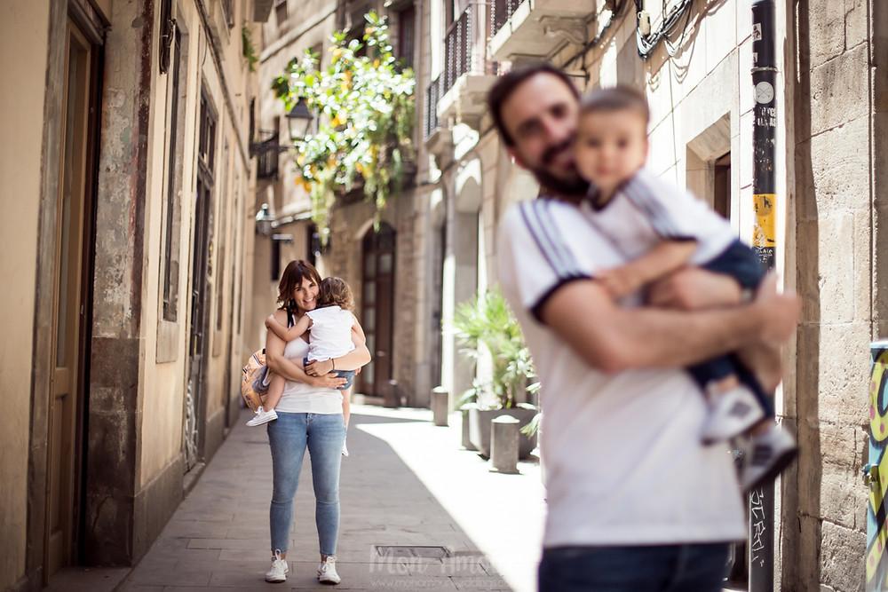 Preboda familiar por el barrio gótico de Barcelona, fotografía natural de bodas - Mon Amour Wedding Photography by Mònica Vidal