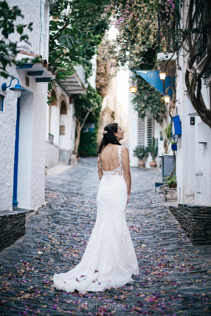 Postboda - Trash the Dress - en Kayak por las aguas de Cadaqués, vestido de St Patrick, tocado de Colada Barcelona, traje de Señor, fotografía natural de bodas en Barcelona - Mon Amour Wedding Photography by Mònica Vidal