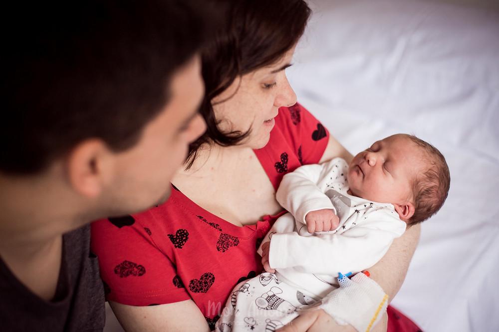 Sesión de bebé a domicilio, reportaje newborn, las primeras horas del bebé en el hospital, fotografía natural de familias en Barcelona - Mon Amour Family Photography by Mònica Vidal