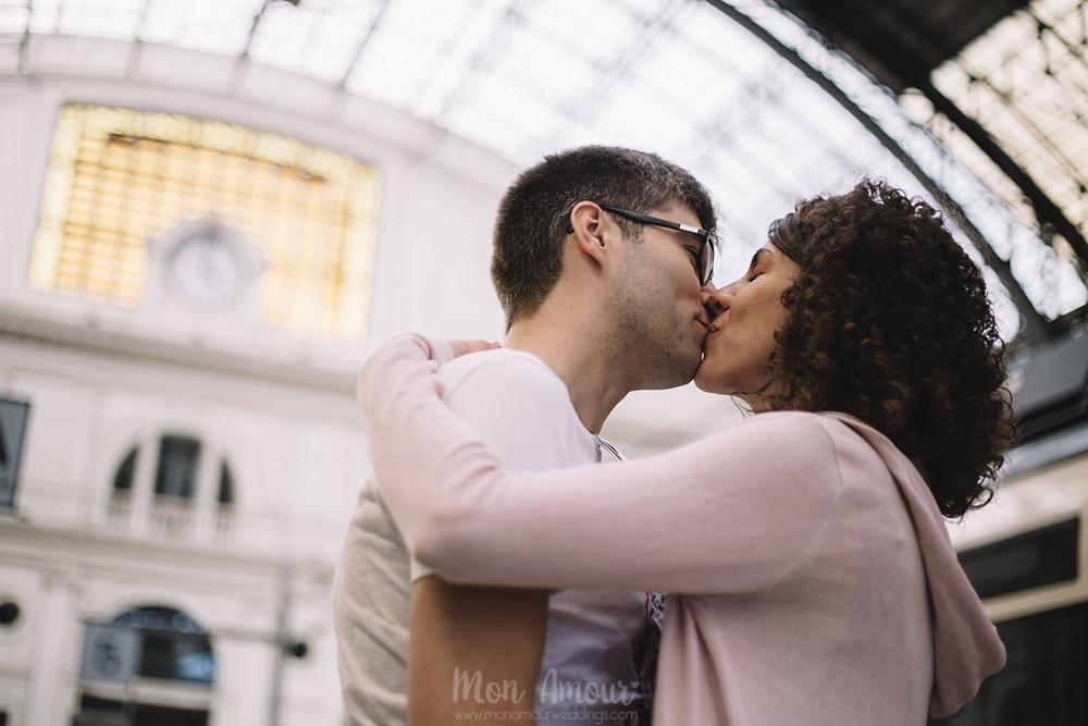 Preboda en la Estació de França, fotografía natural de bodas en Barcelona, Mon Amour Wedding Photography