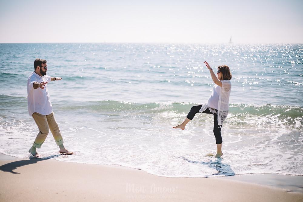 Sesión de fotos de embarazo en la playa, fotografía natural de familias en Barcelona, Mon Amour Family Photography