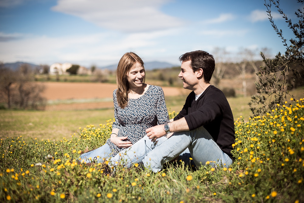 Sesión premamá, repotaje de embarazo en Mollet del Vallès, almendros en flor y bosque. Fotografía natural de familias en Barcelona- Mon Amour Family Photography by Mònica Vidal