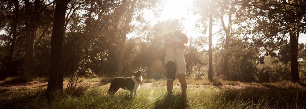Preboda con perro en el bosque durante el atardecer, fotografía natural de bodas en Barcelona - Mon Amour Wedding Photography by Mònica Vidal