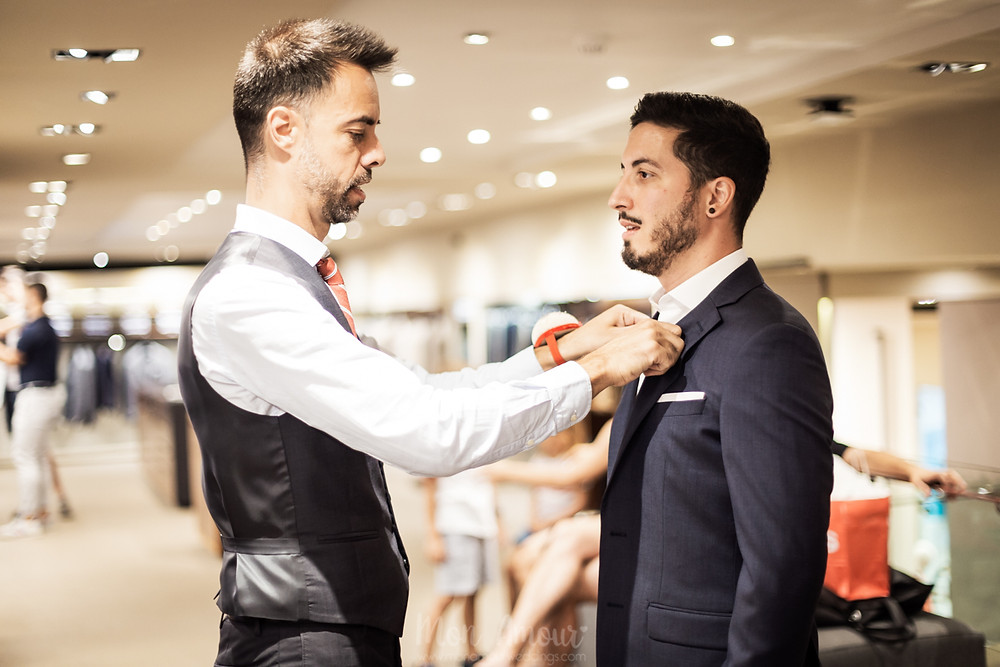 Groom's Look, prueba de traje de novio con los Best Men en Furest, fotografía natural de bodas en Barcelona - Mon Amour Wedding Photography by Mònica Vidal