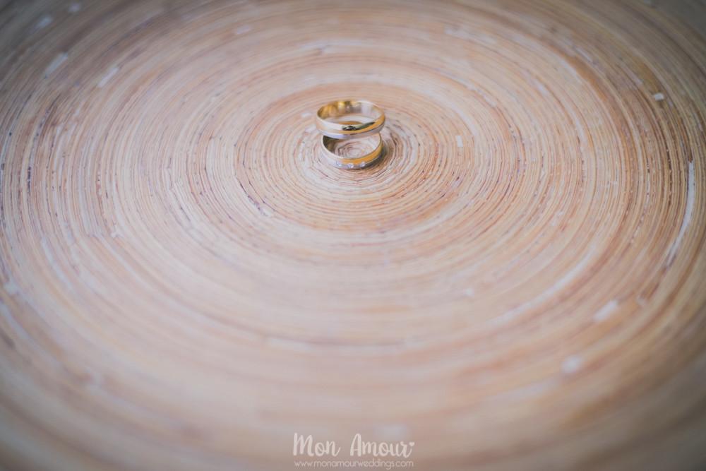 Alianzas sobre madera Fotografía de bodas en Barcelona - Mon Amour wedding photography