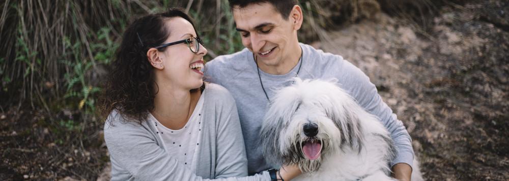 Preboda con perro en el bosque, fotografía de bodas natural en Barcelona, Mon Amour Wedding Photography