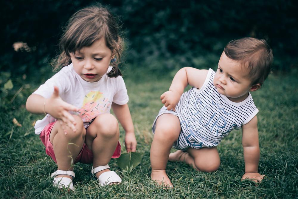 Sesión infantil, reportaje fotográfico para celebrar el primer año, fotografía natural de familias en Barcelona - Mon Amour Family Photography by Mònica Vidal