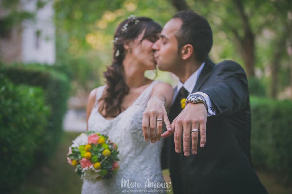 Manos, alianzas y besos - Fotografía de bodas en Barcelona - Mon Amour wedding photography
