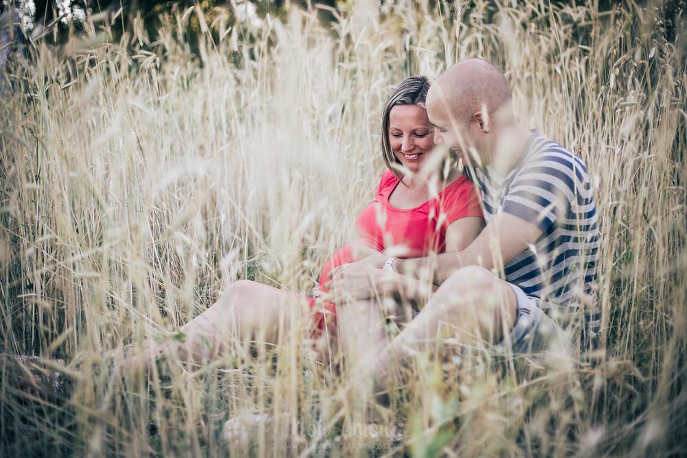 Reportaje de embarazo doble, fotografía natural de familias en Barcelona - Mon Amour Family Photography