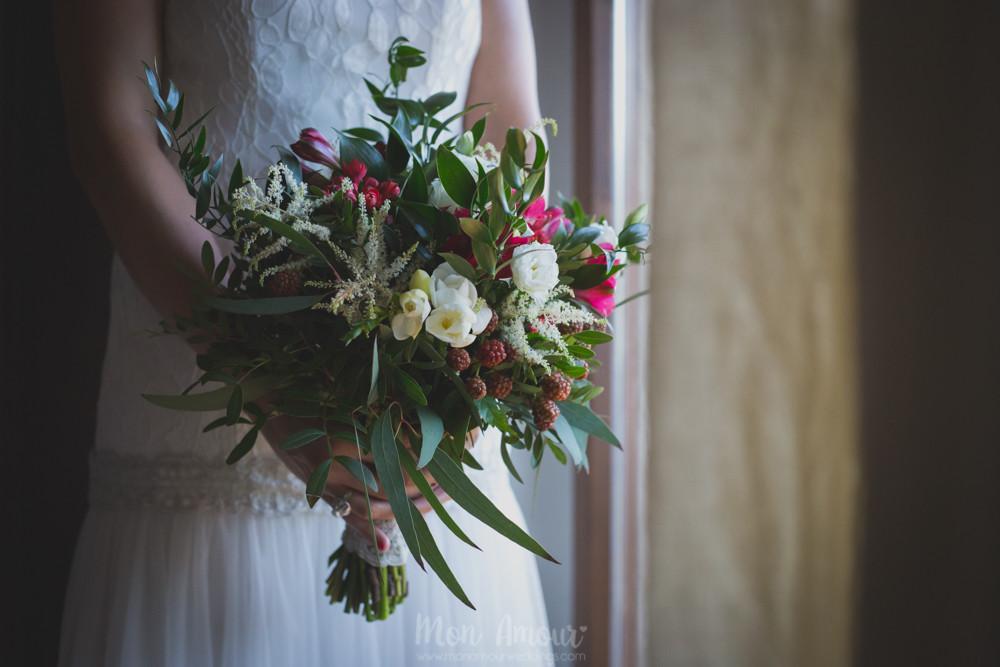 Ramo de novia silvestre por Floristería Brisa - Fotografía de bodas natural en Barcelona - Mon Amour Wedding Photography