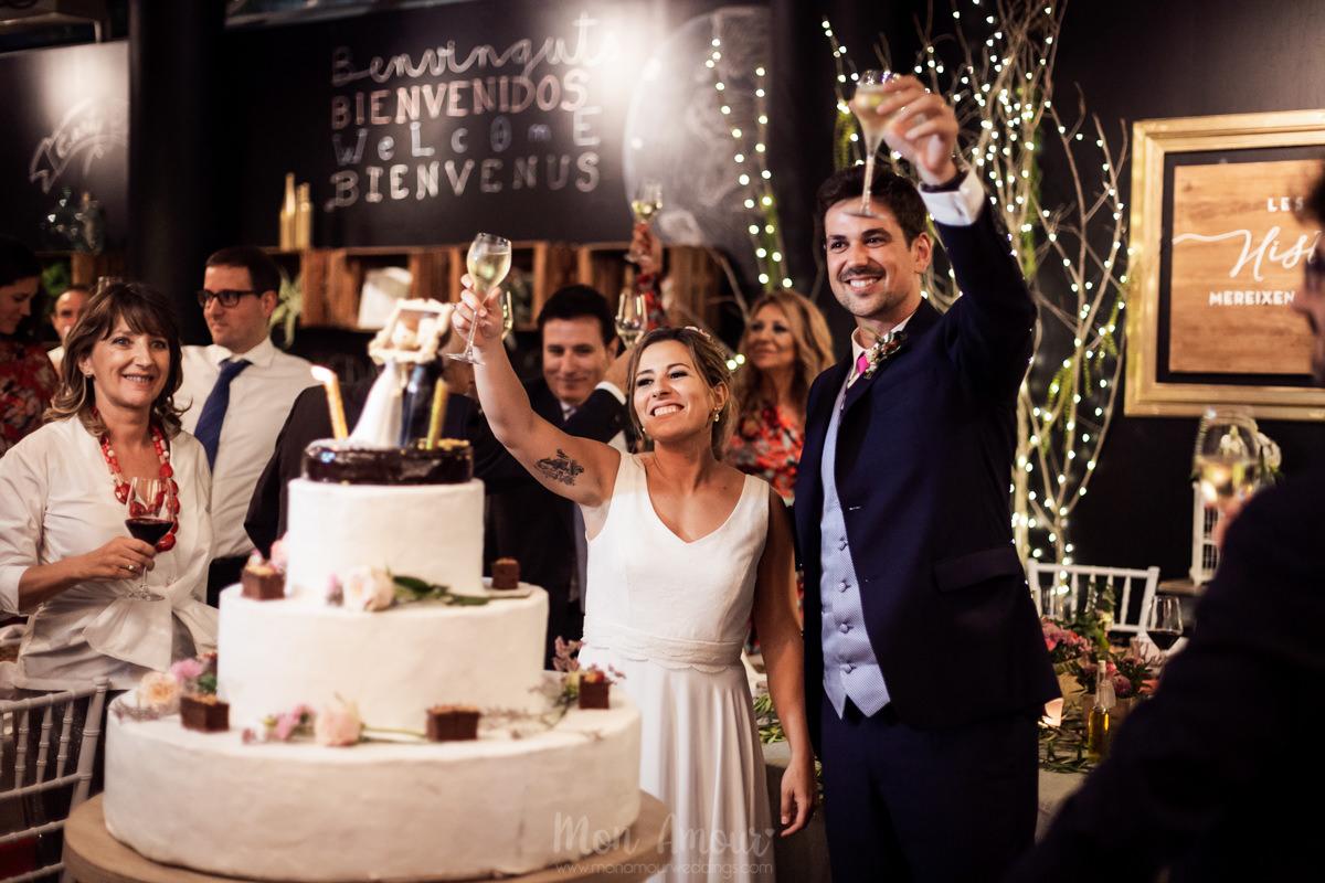 Boda en Masia Torreblanca con Cal Blay, vestido de novia de Jordi Anguera, fotografía natural de bodas en Barcelona - Mon Amour Wedding Photography by Mònica Vidal