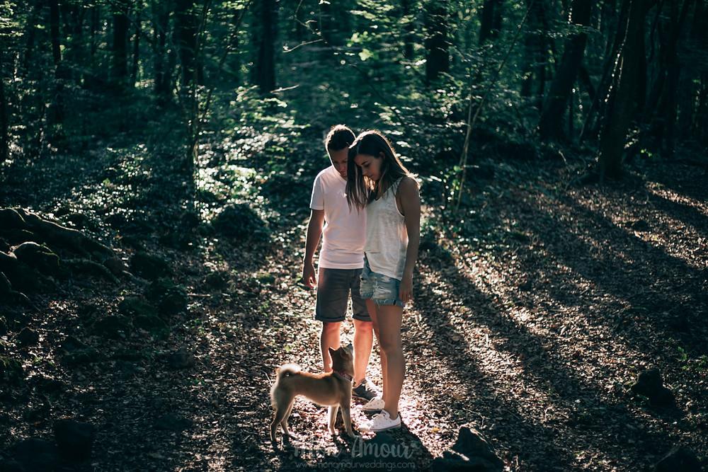 Preboda en la Fageda de'n Jordà con perro, fotografía natural de bodas en Barcelona - Mon Amour Wedding Photography by Mònica Vidal