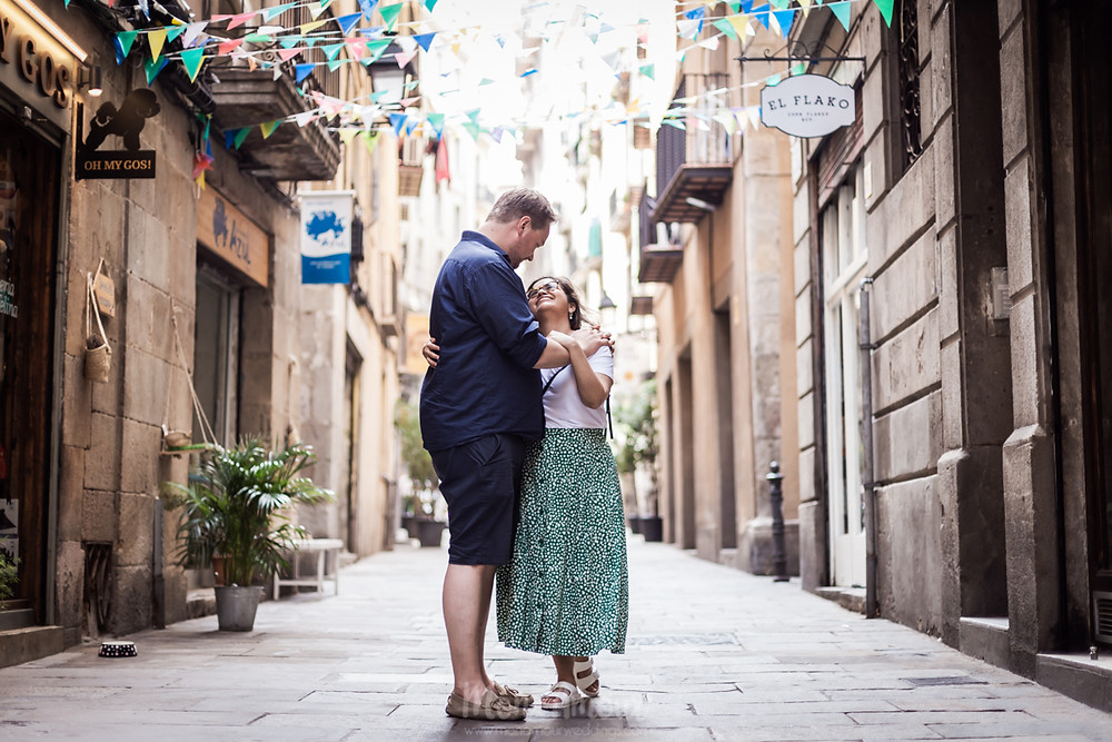 Preboda por las calles del barri Gòtic, fotografía natural de bodas en Barcelona - Mon Amour Wedding Photography by Mònica Vidal
